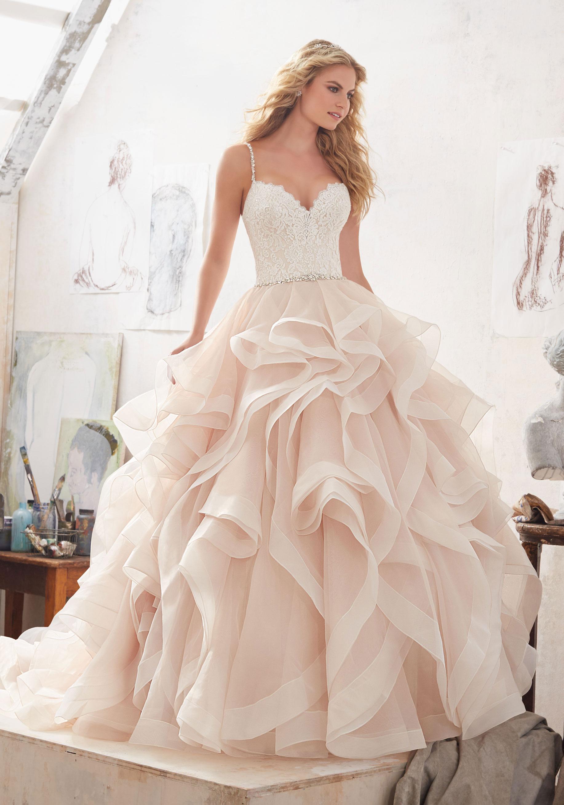 Menyasszonyi ruha választás: egyedül vagy együtt?